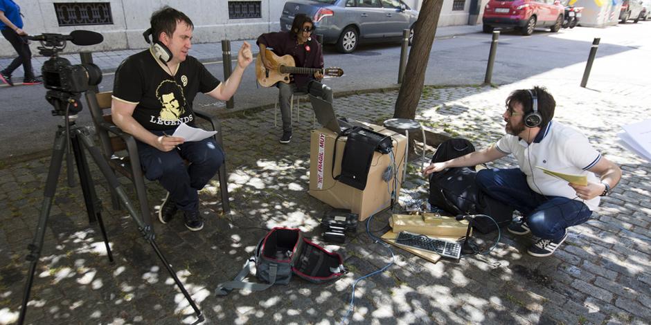 Anuncia de ràdio per a Arrels gravat al carrer