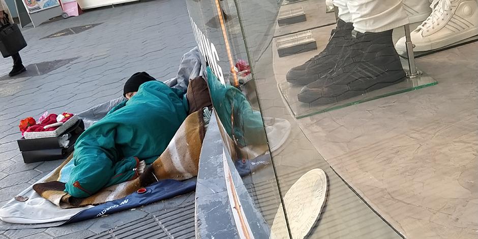 Una persona sense llar dorm al carrer a Barcelona