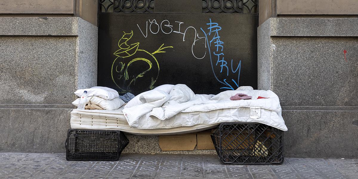 Menys llocs per resguardar-se, més fred i més hores de vida al carrer