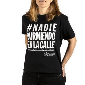 Samarreta camiseta negra unisex  #nadiedurmiendoenlacalle arrels fundació botiga tienda