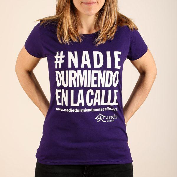 camiseta lila chica #nadiedurmiendoenlacalle arrels fundació solidaria tienda