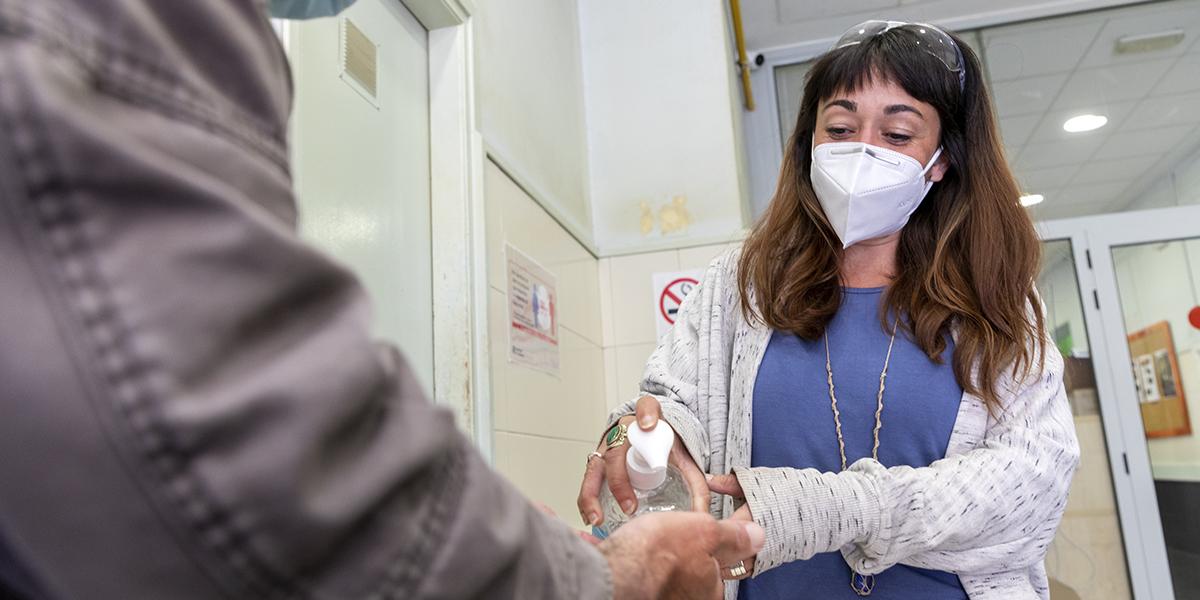 Sobreviure al carrer en pandèmia: 15 mesos sense albergs d'accés directe i menys espais de descans diürn